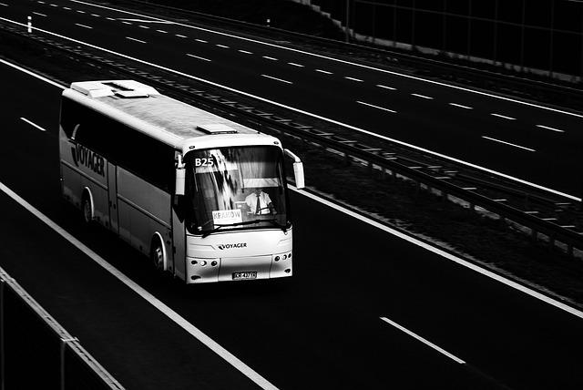 autobus na dálnici.jpg
